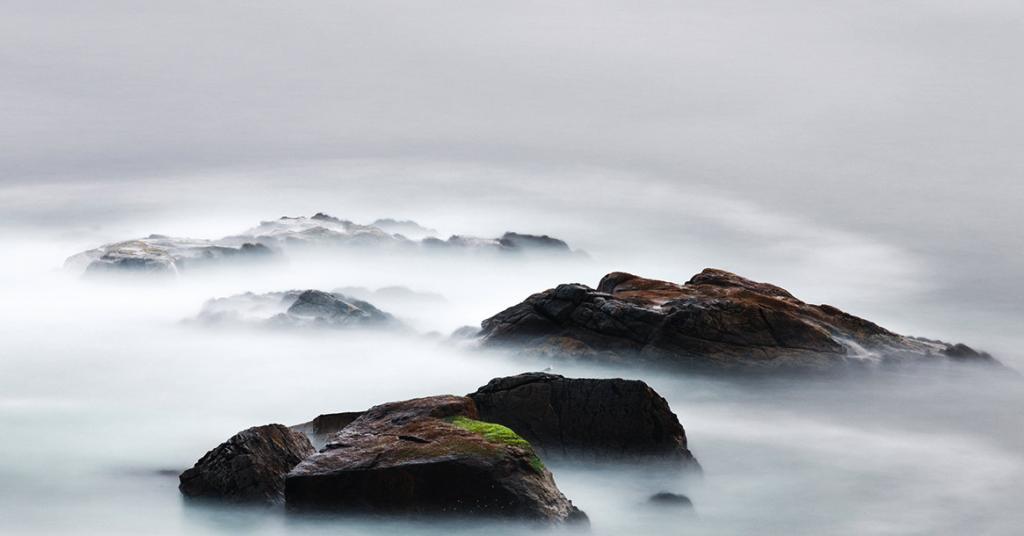 bergtoppen in de mist