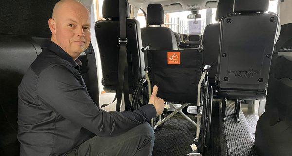Jan Kikkert in een rolstoelauto
